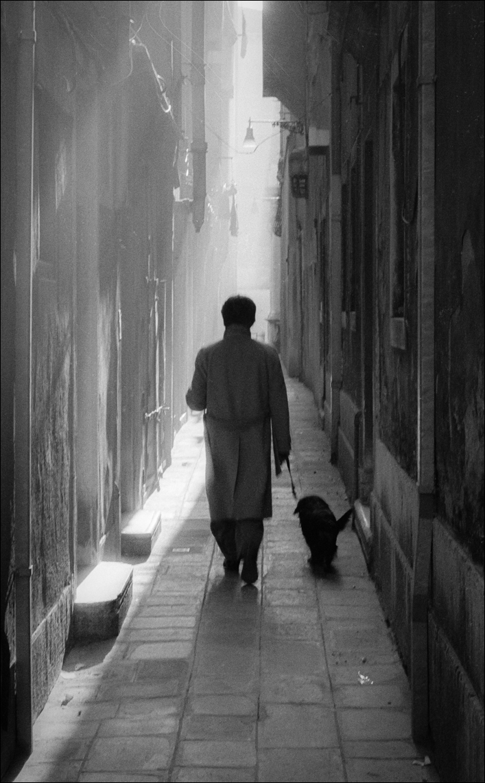 Man dog alleyway Venice ©Paul Hampton Photographer Glasgow