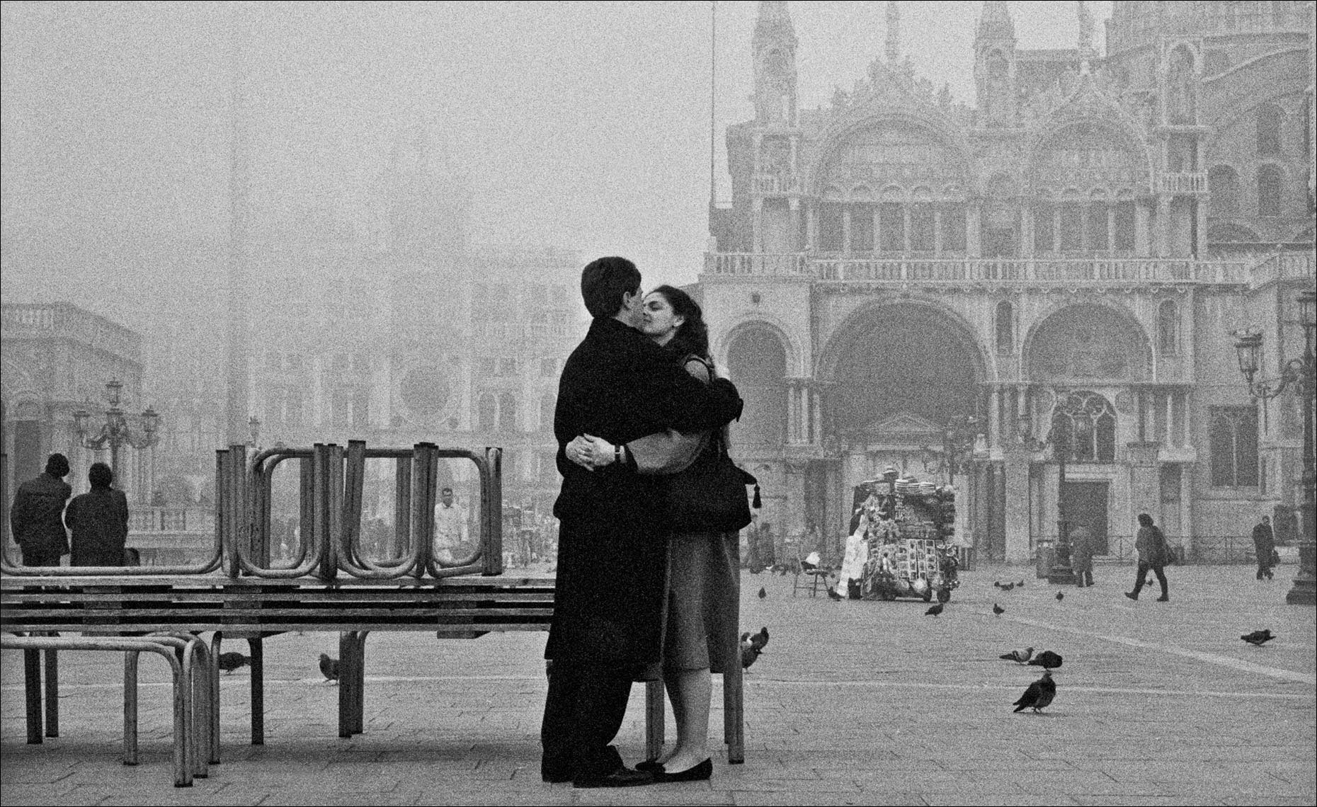 st-marks square couple-kissing, Venice ©Paul Hampton Photographer Glasgow